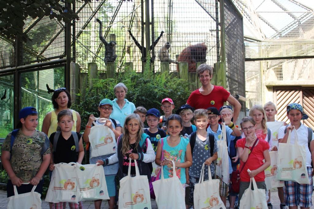 Klasse 3b der Johannesschule Rieste als Regenwaldbotschafter im Zoo mit Kindermusiker Frank Acker.